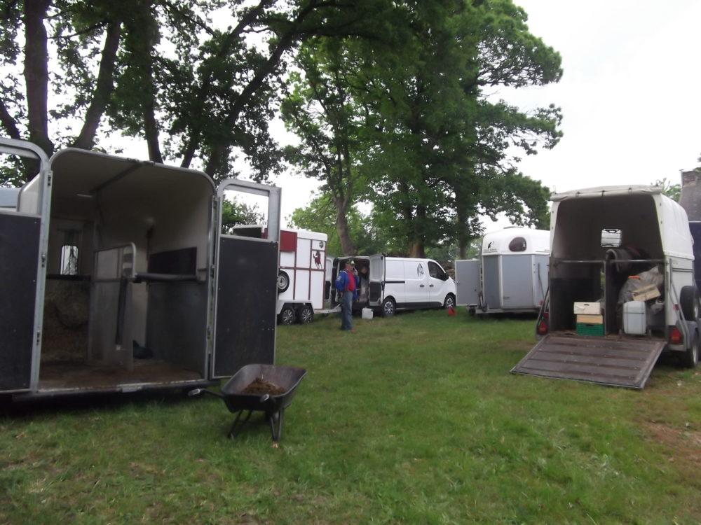 Bivouac dans les vans et camions au gite du Vaugrenard